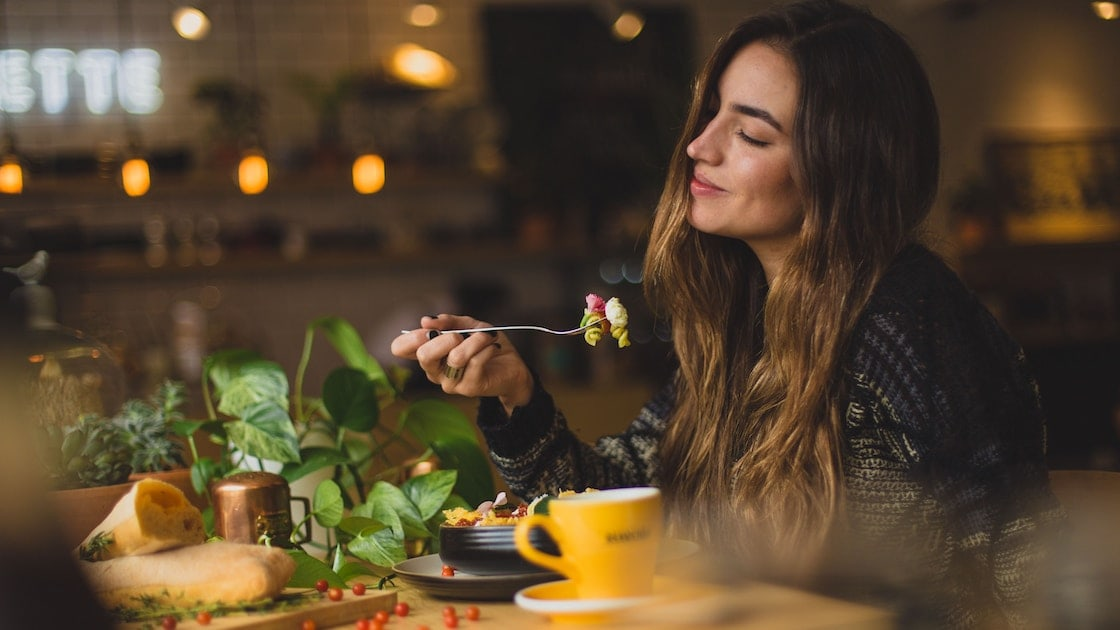 girl eating - how many times should I eat per day?