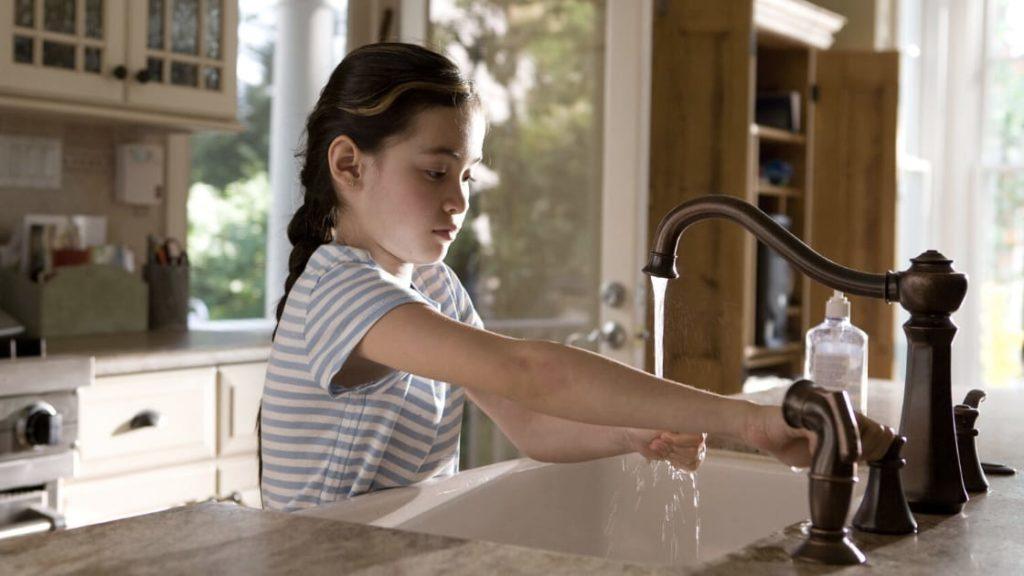 girl handwashing